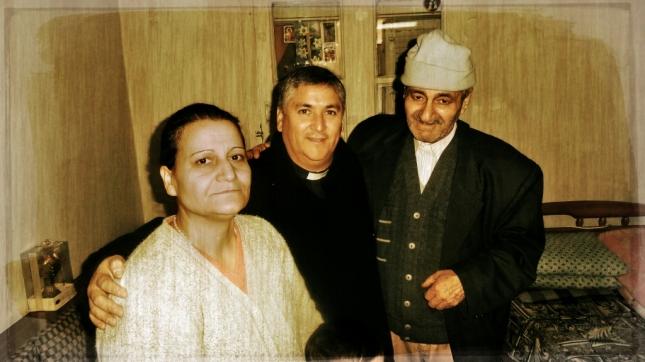 Padre David Fernández I.V.E. visitando a una familia beneficiaria de la ayuda.
