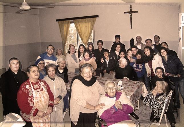 Visita del grupo de jóvenes al Hogar de abuelitos de la Madre Teresa.