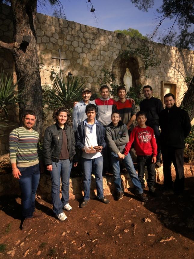 04. Escuelita y algunos de los trabajadores con el padre Rodrigo Miranda I.V.E.  (en la fila trasera, el segundo de izquierda a derecha es Sarkis, el joven que fue herido gravemente el día de la explosión en la ciudad universitaria).