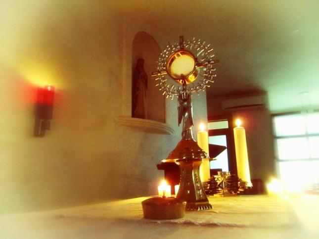 El Santísimo Sacramento expuesto en nuestra Capilla. Frente a Él, rezamos todos los días por la paz y por ustedes!!