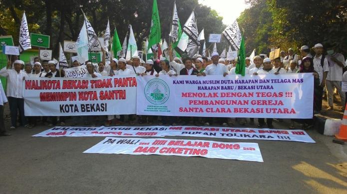 Extremistas islámicos protestan contra la construcción de una iglesia.