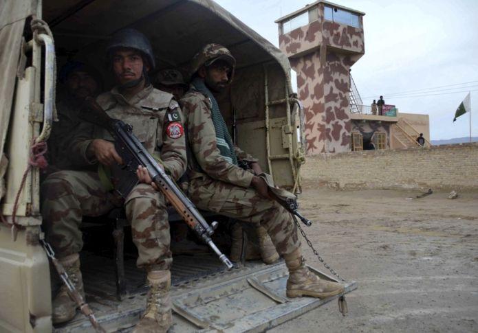 """CHM01 CHAMAN (PAKISTÁN), 17/02/2017.- Dos soldados montan guardia tras el cierre de las fronteras en las entre Pakistán y Afganistán en Chaman, Pakistán, hoy 17 de febrero de 2017. Pakistán lanzó hoy una operación antiterrorista en la que asegura haber matado a más de 100 supuestos insurgentes, un día después del atentado suicida contra un templo sufí en el que murieron 83 personas, una acción por la que el Ejército prometió una """"venganza inmediatamente"""". EFE/Akhter Gulfam"""